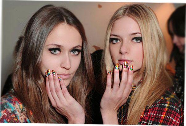 Две девушки с ярким маникюром