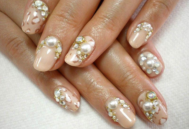 Декорирование ногтей бусинами и стразами