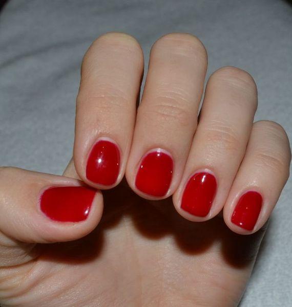 Красный гель лак – яркий темперамент или следование классике?