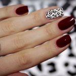 Дизайн ногтей бордового цвета с рисунком