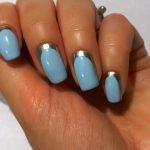 Лунный маникюр голубого цвета с блестящей полоской