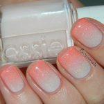 Градиентный маникюр бело-розового цвета