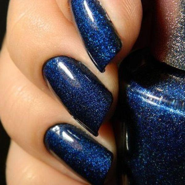 Лак для ногтей насыщенного синего цвета