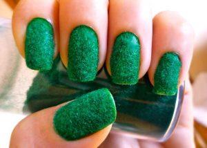Махровый маникюр зеленого цвета