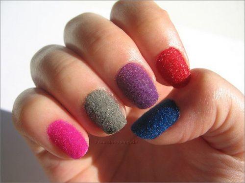 Разноцветный велюровый маникюр