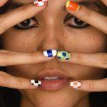 Разноцветный шахматный маникюр