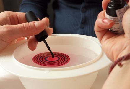 Как сделать маникюр с помощью воды