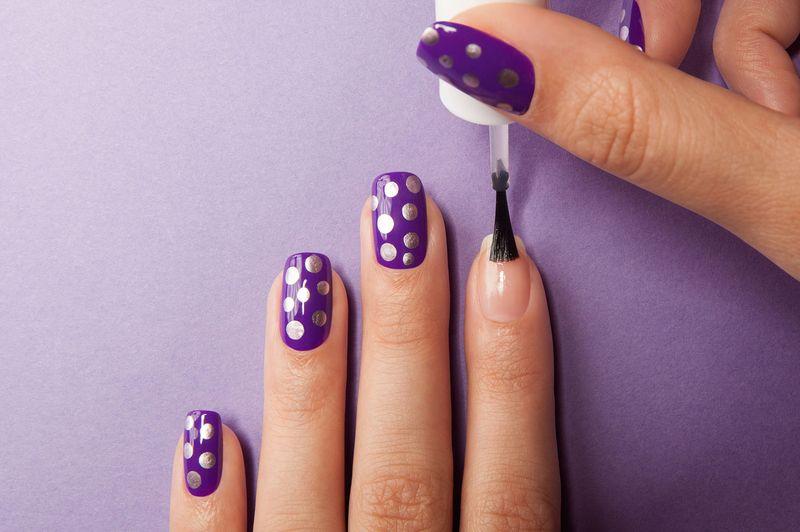 Синее на синем. Стоит ли делать сиреневый маникюр на ногтях под лавандовое платье?
