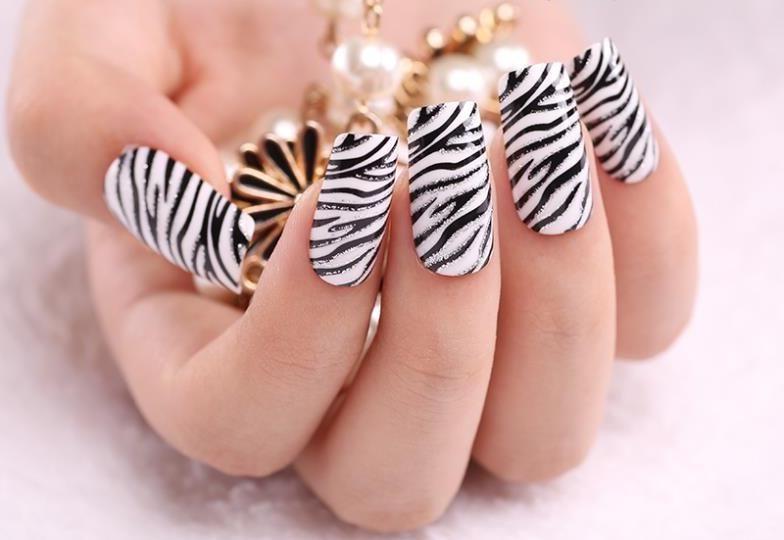 Маникюр «Зебра»: стильные черно-белые рисунки на ногтях