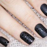 Матовый маникюр с глянцевым горохом черного цвета