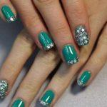 Маникюр зеленого цвета с декором