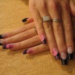 Пример сочетания розового и черного лака на ногтях