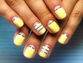 Ногти, покрытые лаком жёлтого цвета с блестящими полосками