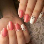 Ногти, поктырые лаком кораллового и белого цвета