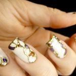 Комбинирование бежевого оттенка с блестящим лаком на ногтяж