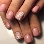 Маникюр нежно-розового оттенка с цветочным рисунком