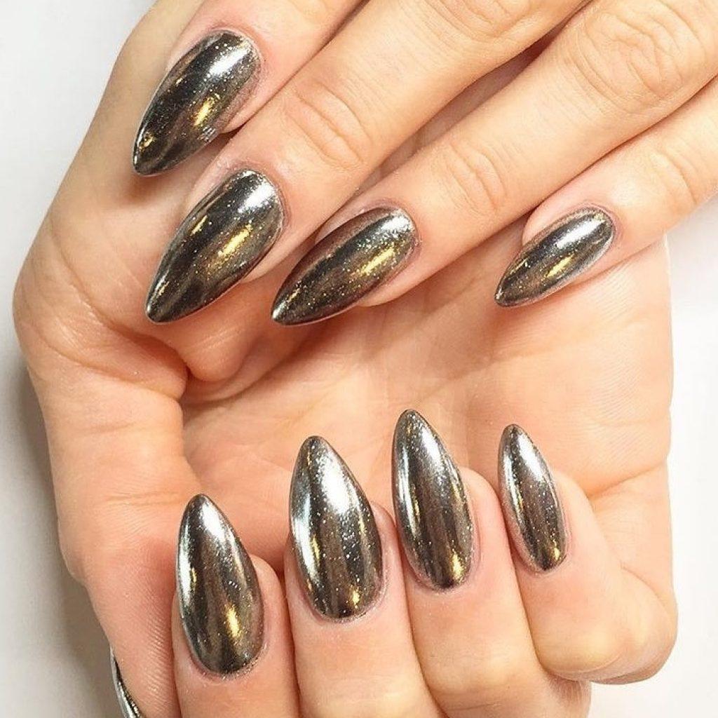 Искристая золотая втирка на ногтях