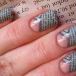 Ногти с частичным газетным дизайном