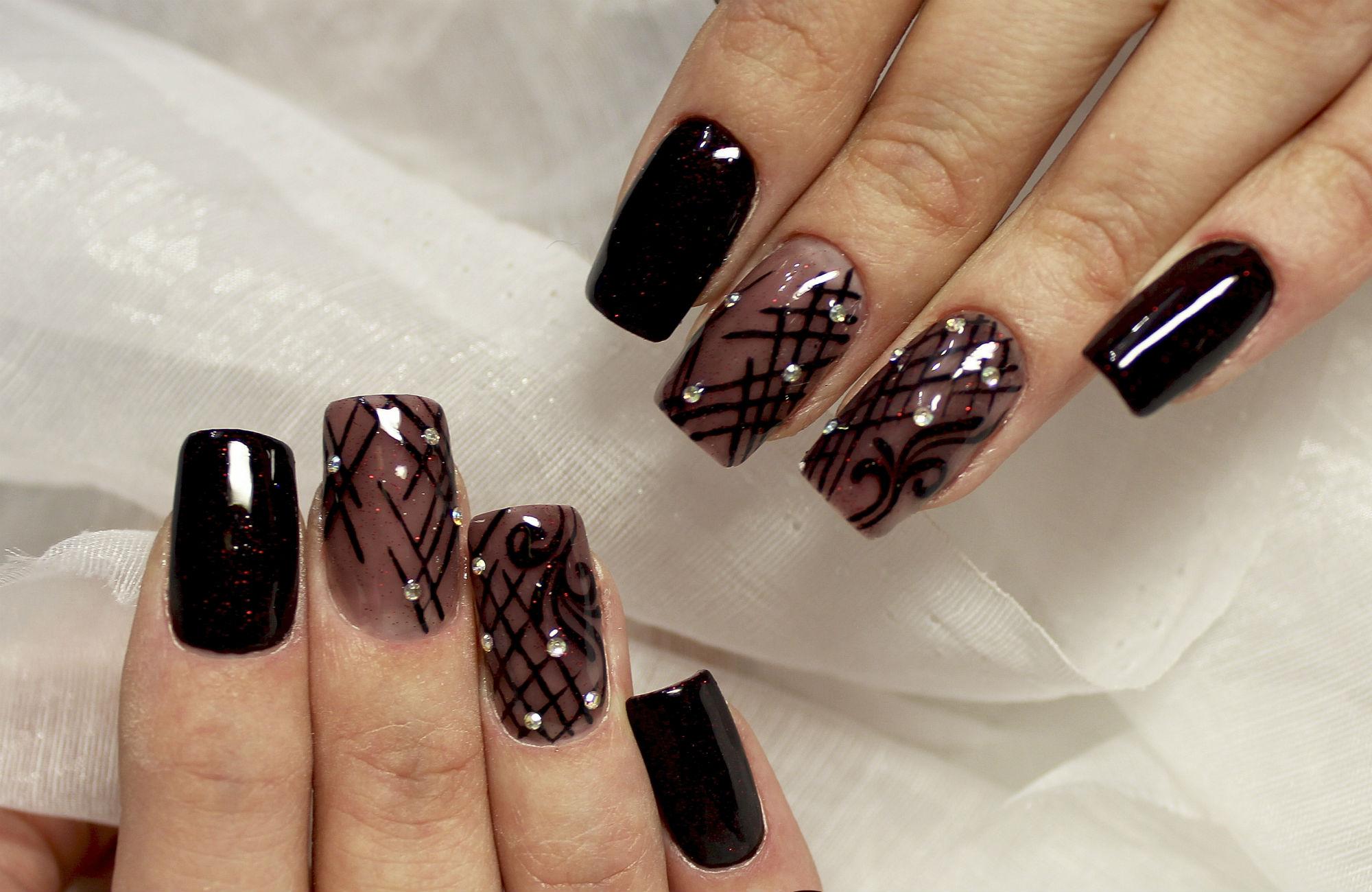 Ромбики на ногтях: маникюр в стиле Коко Шанель