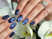 Синий маникюр с орхидеями