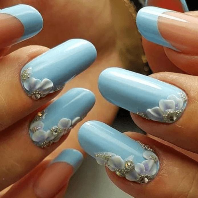 Маникюр нежно-голубого цвета с акриловой лепкой
