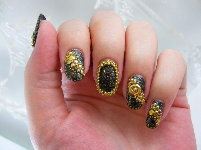 Черный маникюр с бульонками золотого цвета