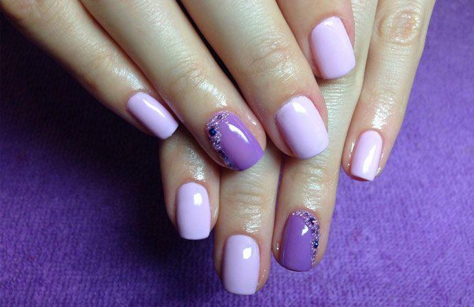 Фиолетовый маникюр с бульонками