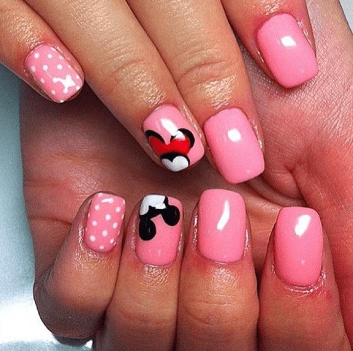 Маникюр розового цвета с Микки и Минни Маус