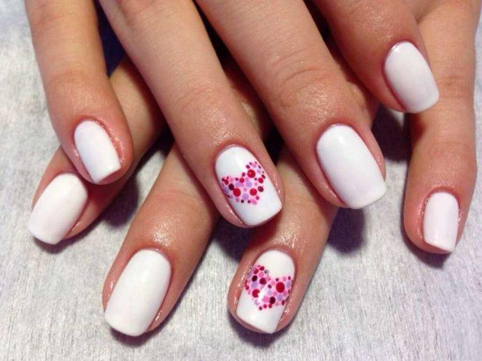 Белый маникюр с розовыми точками