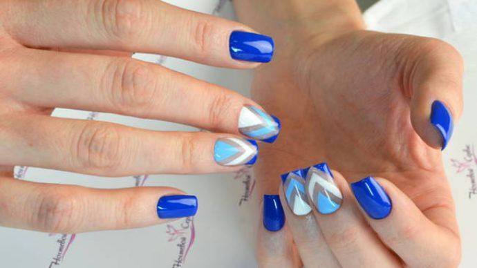 Маникюр в синих тонах с геометрическим рисунком