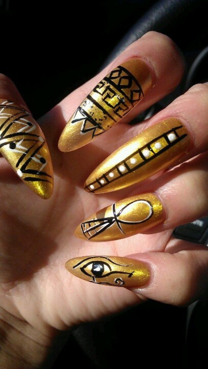 Золотой маникюр с египетскими символами