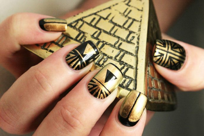 Маникюр черно-золотого цвета с геометрическими рисунками