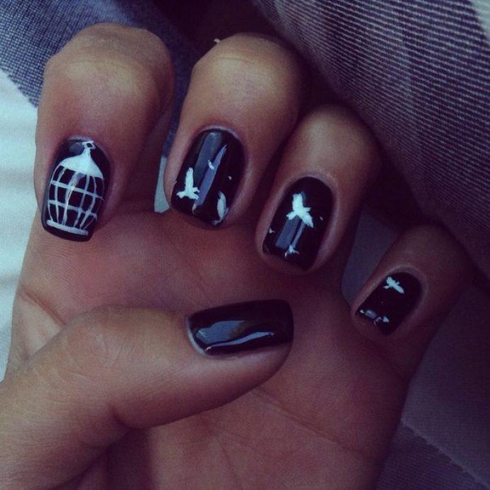 Белые птицы на чёрном фоне в дизайне ногтей