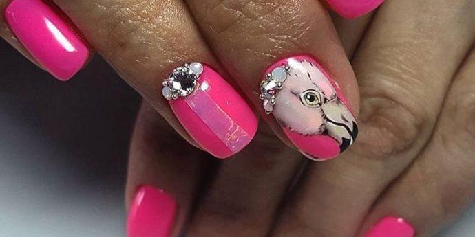 Розовый фламинго в дизайне ногтей