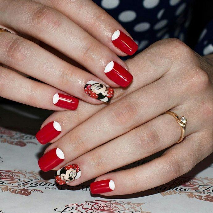 Маникюр красно-белого цвета с Микки Маусом