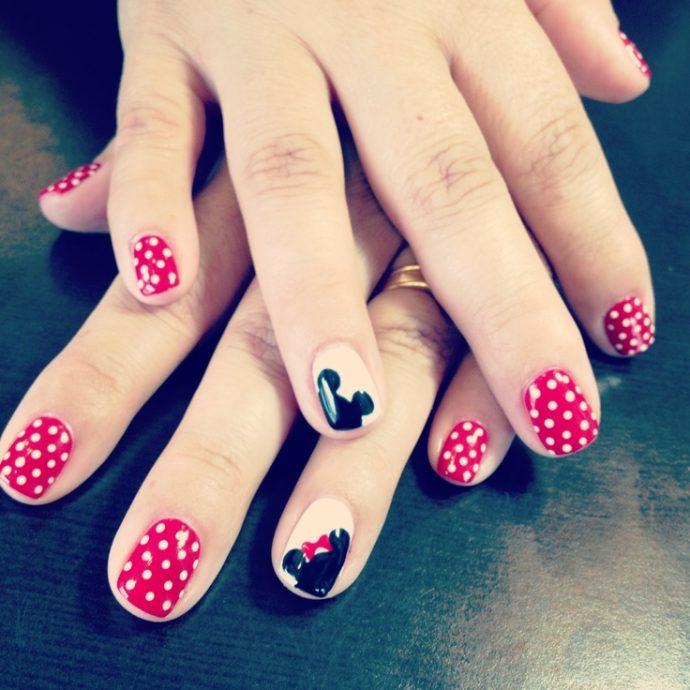 Дизайн ногтей в стиле Дисней с Микки Маусом