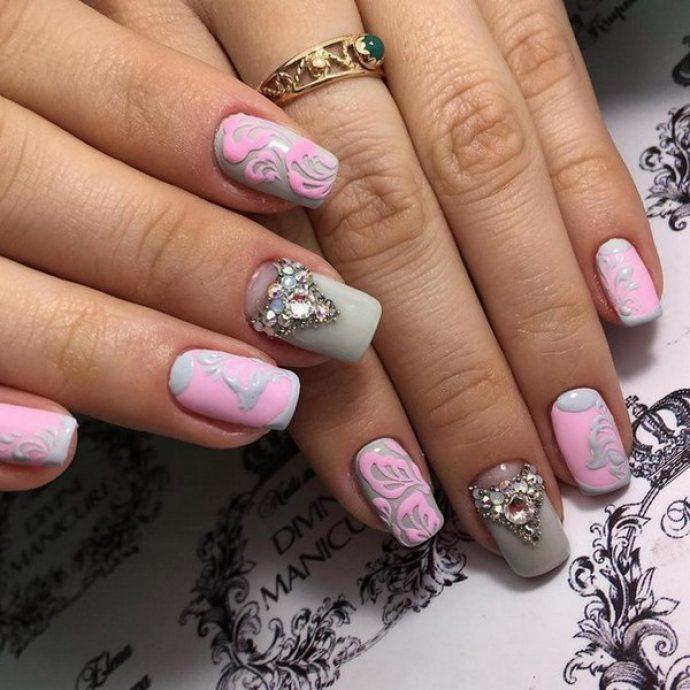 Нежный маникюр серый с розовым с декором