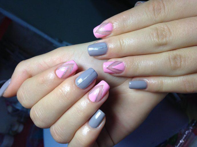 Маникюр розовый с серым
