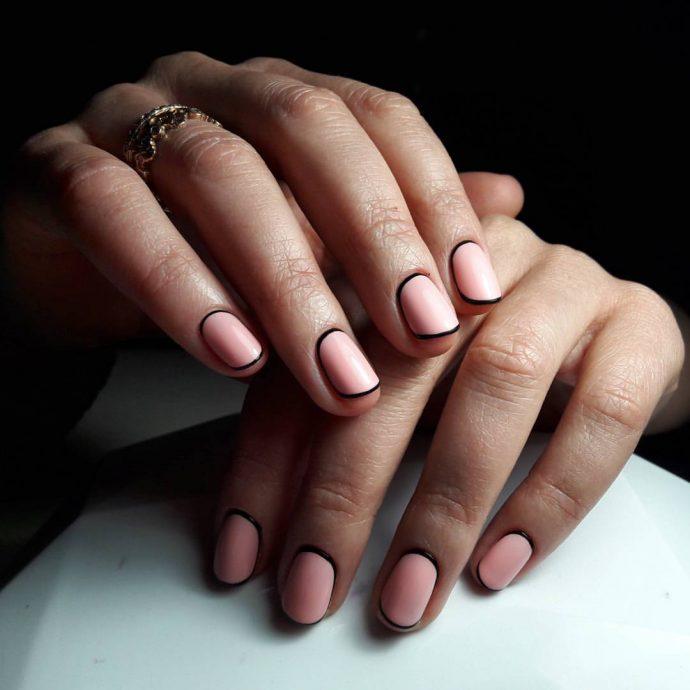 Модный контрастный маникюр черный с розовым