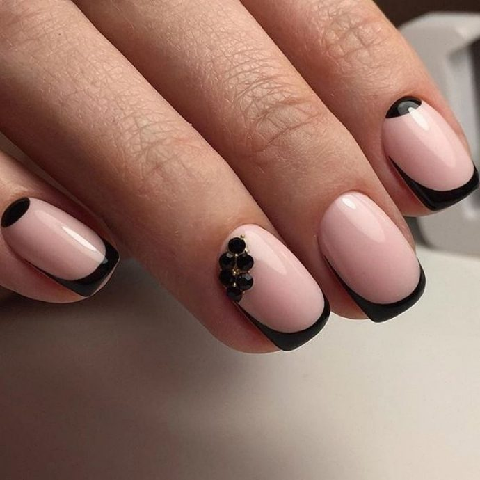 Контрастный розовый с черным маникюр