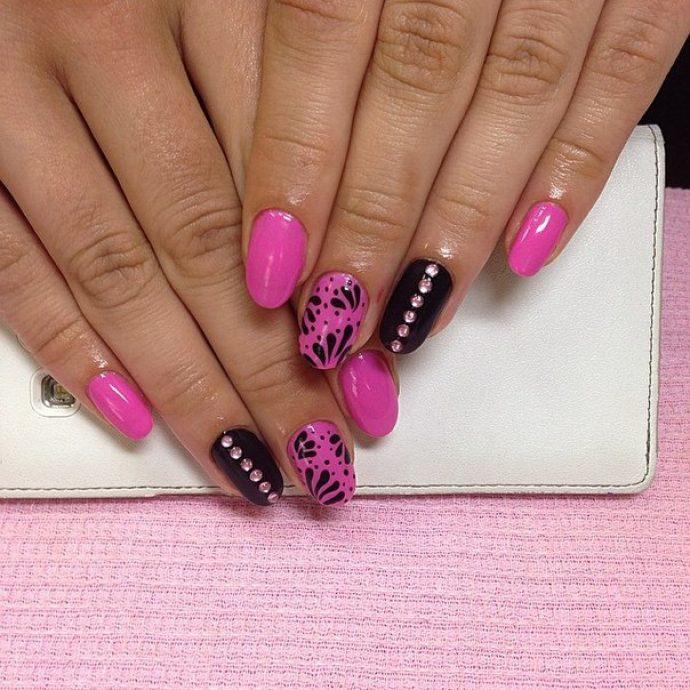 Ярко-розовый с черным маникюр