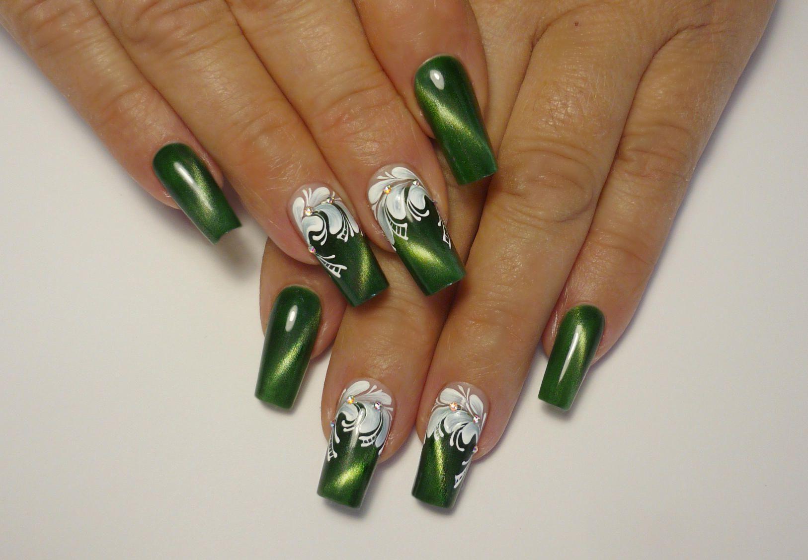 Дизайн ногтей зелёного цвета