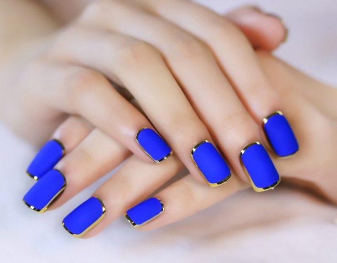 Синий маникюр с золотым декором