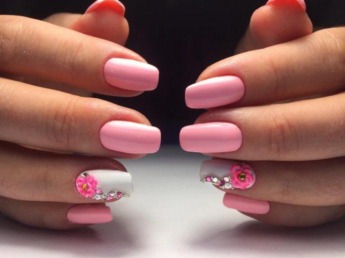 Нежно-розовый маникюр к красному платью