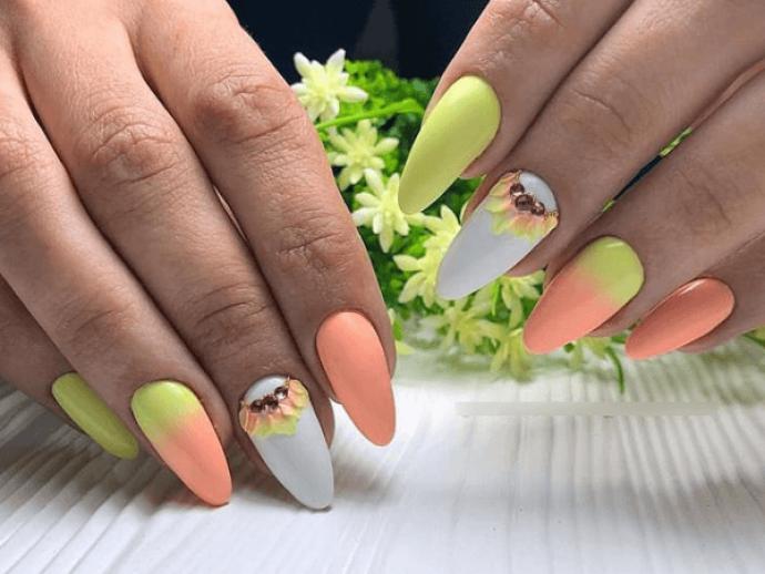 Яркий летний маникюр для заостренных ногтей