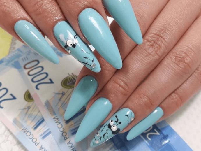 Маникюр голубого цвета для длинных острых ногтей