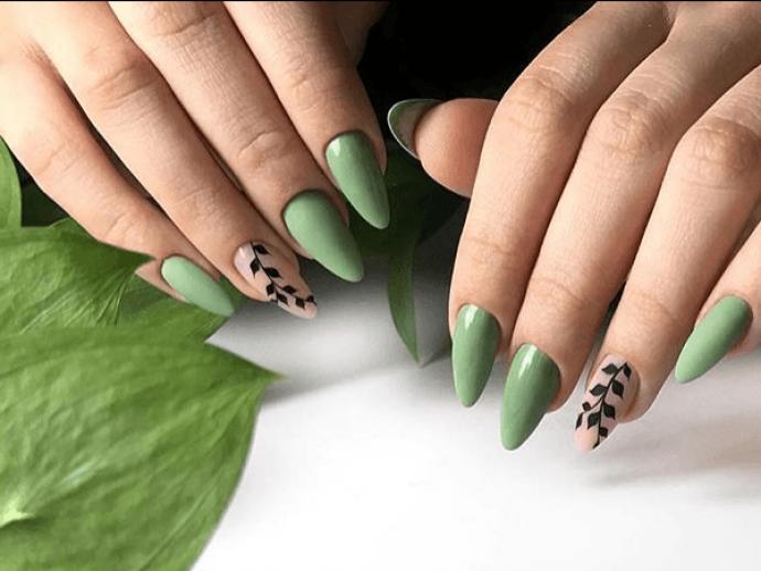 Зеленый маникюр с рисунком для длинных заострённых ногтей