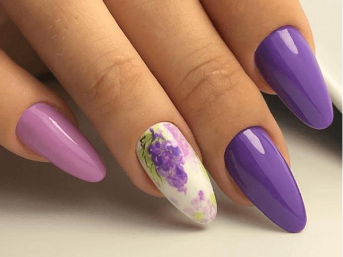 Фиолетовый маникюр с рисунком для острых ногтей