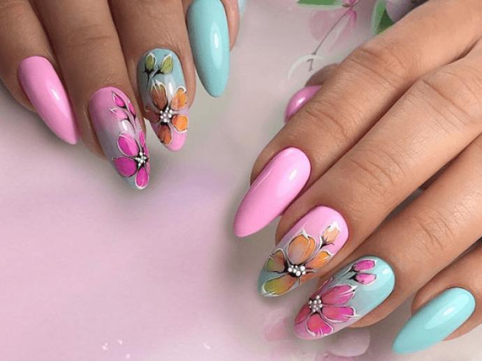 Маникюр с цветочным рисунком на заостренные ногти