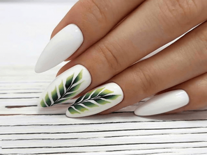 Белый маникюр с зеленым рисунком на острые ногти